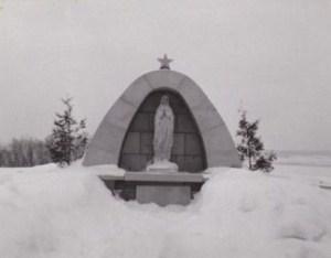Monument à la Vierge érigé en 1954 (photo datant de 1955).  © Coll. Madeleine Genest Bouillé.