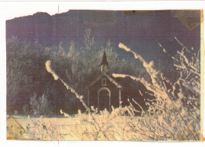Chapelle située au fond du cimetière, autour de 1970 (crédit photo: Fernand Genest).