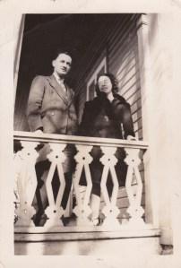 Mon père Julien Genest et ma mère, Jeanne Petit: tous deux adoraient la belle musique. Photo datant du début des années 40, prise devant la maison familiale, en face de l'école actuelle.