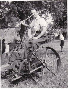 Papa qui joue au fermier... sur la faucheuse du voisin.