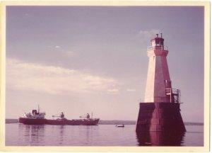 """Le phare """"rouge et blanc"""", en 1970 (photo: Fernand Genest)."""