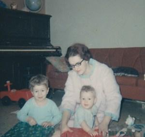 Moi et mes deux premiers fils dans notre première demeure (Noël 1967).