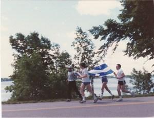 """La """"course au drapeau"""" passe devant chez moi, à la Saint-Jean-Baptiste de 1988..."""