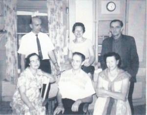 Rangée du haut: oncle Gérard Genest, tante Alice Paquet et oncle Léo Genest; rangée du bas: maman, papa et tante Alice Petit (1961).