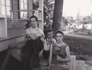 Mes frères Florent et Roger, et moi, vers 1955. La maison à l'arrière plan est celle de feu Jean-Yves Vézina