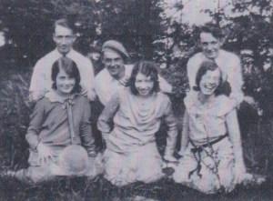 Rangée du bas: une amie, tante Alice, ma mère Jeanne; rangée du haut: Jean-Paul, Léo et Julien.