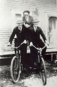Mon père Julien, avec son frère Jean-Paul et un ami, 1930.