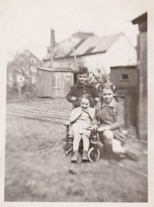 L,amie Madeleine et son cousin Jean-Maurice, 1947.