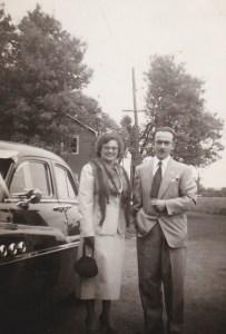 """Même mariés que photo précédente, en """"costume"""" de voyage."""