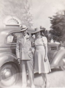 Nouveaux mariés en voyage de bnoces, devant l'église de Deschambault, 1944.