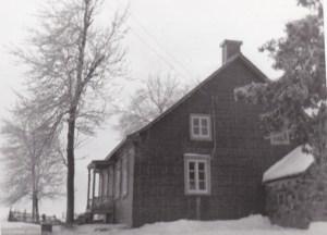 La maison en pierre de taille au début des années 50, avec l'appentis à l'est. La cave de la maison, probablement plus vieille, ainsi que l'appentis en pierre des champs seraient les vestiges d'une ancienne poudrière.