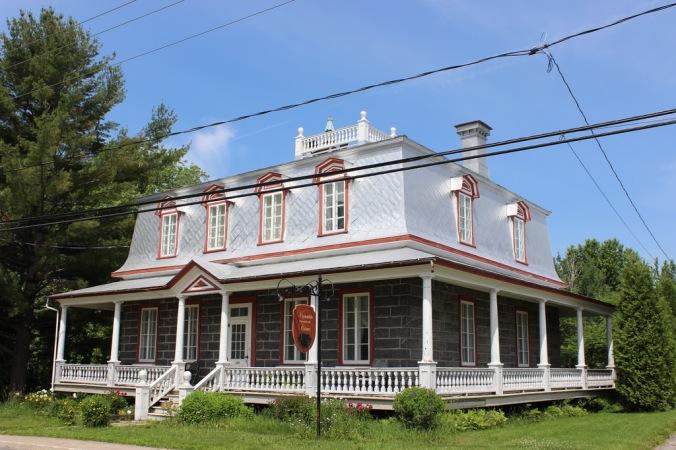 Maison où a habité le député Pierre Gauthier, au cœur du village de Deschambault (construite par Côme Dufresne). Figure marquante de l'histoire de Deschambault, le Dr Gauthier fut député au provincial de 1927 à 1935, puis au fédéral de1936 à 1958.