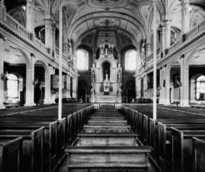 L'église de Deschambault et ses anciens bancs, vers 1880 (Archives nationales du Québec).