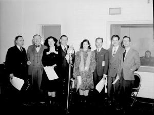 Comédiens de la distribution du radio roman Un homme et son péché, 1945 (Fonds Conrad Poirier, BAnQ).