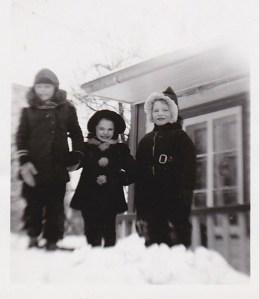 Moi et deux fillettes du voisinage, Nicole Paquin et Anita Marchand, devant la maison de M. Laplante.
