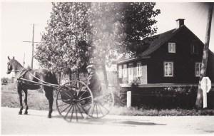 """Notre maison, du temps de la famille Rousseau, à l'intersection de la route Bouillé et de la """"Route 2"""" (chemin du Roy)."""