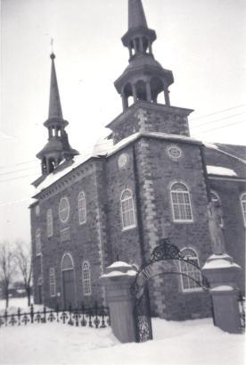 Église Saint-Joseph et grille de l'entrée du cimetière, vers 1950 (©coll. privée Madeleine Genest Bouillé).