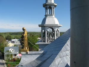 Clocher nord de l'église Saint-Joseph, avec la statue du saint patron, du réputé sculpteur Louis Jobin (crédit photo: Jacques Bouillé).