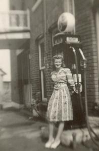 Une demoiselle Paré devant la façade du garage Mayrand (coll. privée Madeleine Genest).