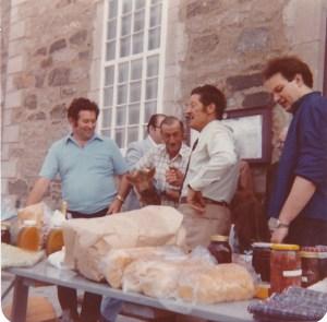 """Le """"Crieur"""" en action, sur le perron de l'église, 1980 (coll. privée, Madeleine Genest Bouillé)."""
