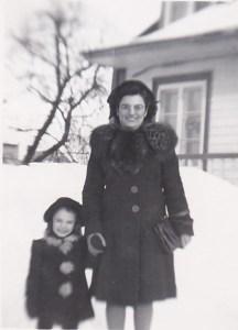 """Moi et ma """"grande soeur"""" Marie-Paule, 1946 (photo: coll. privée Madeleine Genest Bouillé)."""
