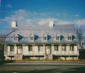 Relais de poste datant du début du 18e siècle, avant sa restauration au début des années 2000.