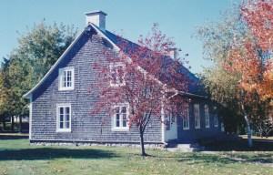 """Ancienne """"salle des habitants"""" construite dit-on avec le bois de la 1ère église vers 1840 (crédit photo: Patrick Bouillé, coll. privée Madeleine Genest Bouillé)."""