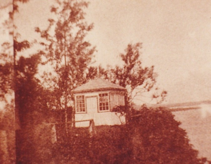 De tout temps, pour les gens de Deschambault, comme pour les touristes le cap Lauzon a été lieu de détente, de loisirs… Au début du siècle, le curé Rousseau y fit construire un kiosque dans lequel les prêtres allaient se reposer. En 1945, le petit édicule était abandonné depuis déjà plusieurs années; un jour de grand vent, il tomba en bas de la falaise. Il était irrécupérable. (Photo provenant du CARP, vers 1918).