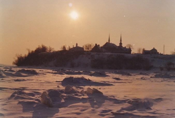 Et celle-ci, avec un magnifique coucher de soleil, prise à l'hiver 1969 (photo de Fernand Genest, 1969).
