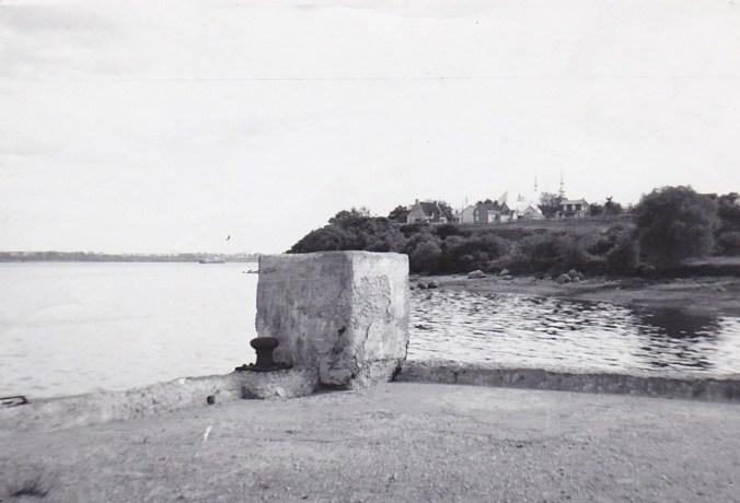 L'endroit d'où le cap est le plus photographié, c'est évidemment du quai. J'ai plusieurs photos prises de cet endroit, à différentes époques, telle cette photo en noir et blanc, prise avec mon petit « kodak » en 1956…