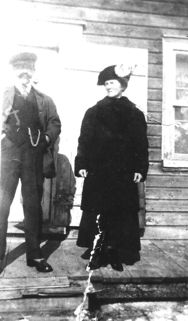 """Mon grand-père Edmond """"Tom"""" Petit et ma grand-mère Blanche (coll. Madeleine Genest Bouillé)."""