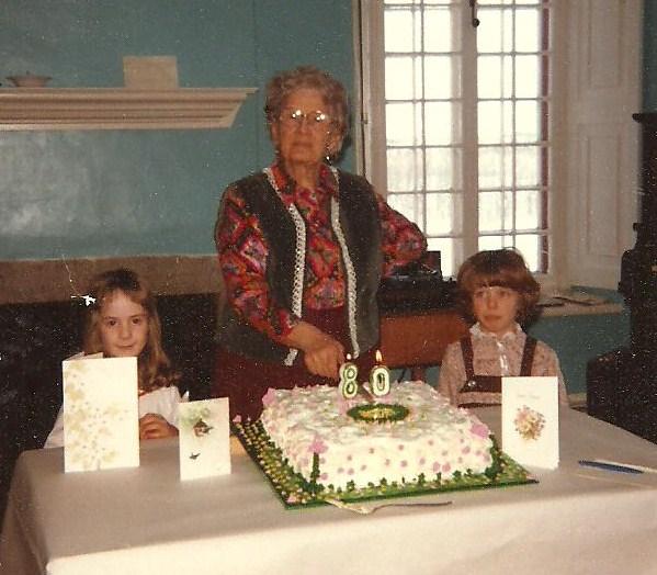 Germaine à ses 80 ans au Vieux Presbytère, avec deux de ses petites-filles, Marie-Noël et Nathalie.