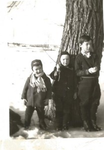 Mes frères Fernand, Georges et Florent en 1950 (coll. privée Madeleine Genest Bouillé).