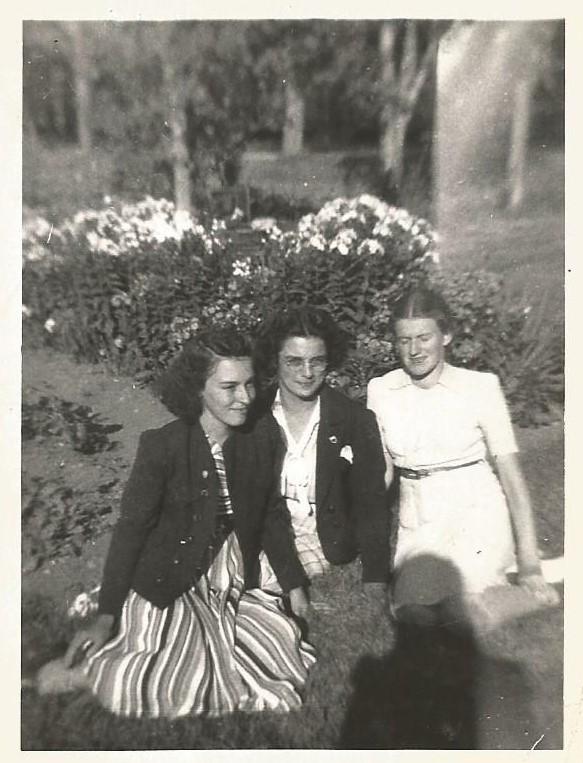 Marie-Paule Laplante au centre, avec deux amies, août 1941 (coll. privée Madeleine Genest Bouillé).