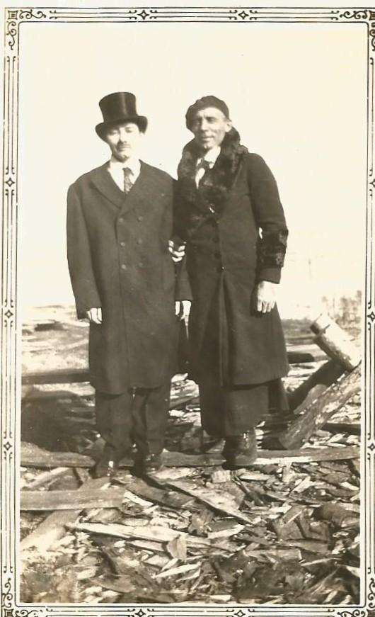 Ma tante Thérèse et un ami, dans les années 40. Ils avaient interchangé leurs vêtements! (coll. privée Madeleine Genest Bouillé).