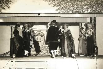 """Scène """"Bal chez la Duchesse d'Aiguillon à Paris"""", tirée du même jeu scénique."""