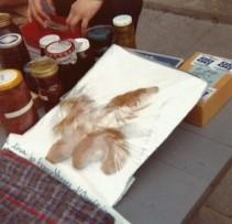 Criée sur le perron de l'église, 1980.