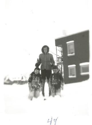 Jeu dans la neige avec le petit voisin d'en face, surveillés par un autre voisin.