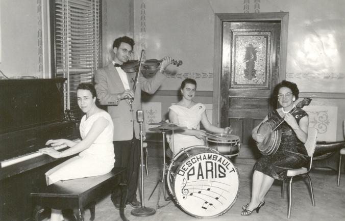 Orchestre Paris (tante Gisèle au piano).