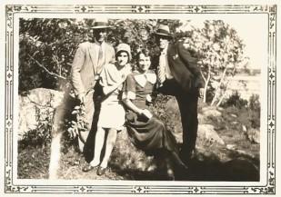 Oncle J. Paul, tante Bernadette, tante Thérèse et un ami.